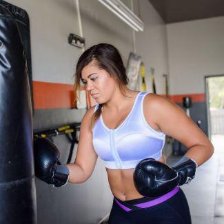 Femme avec soutien-gorge sport au gym