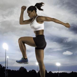 Femme portant soutien gorge sport au stade